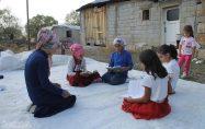 Servis olmadığı için 5 kız öğrenci okula gidemiyor